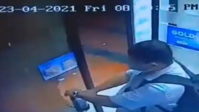 ATM-এ টাকা তুলতে এসে স্যানিটাইজার চুরি করে পালালেন এই ব্যক্তি! ভিডিও মুহূর্তেই ভাইরাল নেটদুনিয়ায়