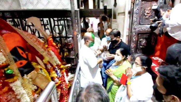 রাজ্যে বিপুল জয়ের পর 'কালীঘাট মন্দিরে পুজো দিলেন মমতা বন্দ্যোপাধ্যায়!