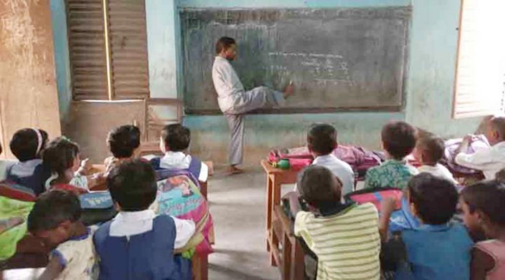 জন্ম থেকেই নেই দু'হাত! পা দিয়েই ব্ল্যাক বোর্ডে লিখে ছাত্র-ছাত্রীদের পড়াচ্ছেন বাংলার এই শিক্ষক